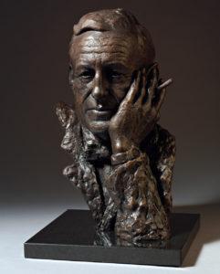 Bronsstaty av Ian Fleming, som skapade James Bond, inför 100-årsdagen av hans födelse 1908.